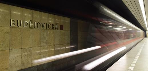 Ve stanici Budějovická spadl člověk do kolejiště metra.