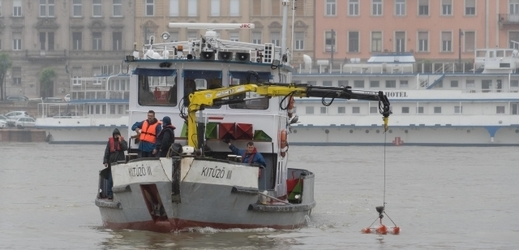 Záchranáři vytahující vrak lodi Mořská panna.