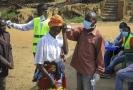 Lékaři kontrolují stav lidí v Kongu, kde je epidemie eboly.