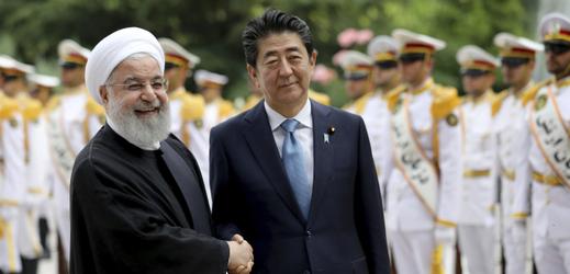 Japonský premiér Šinzó Abe (vpravo) a íránský prezident Hasan Rúhání.