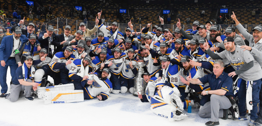 Hokejisté St. Louis se radují z vítězství.