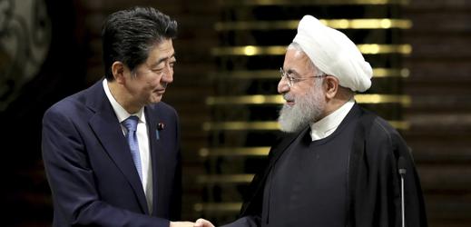 Japonský premiér Šinzó Abe (vlevo) a íránský duchovní Alí Chameneí.