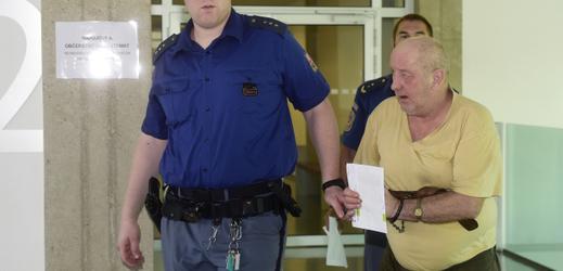 Hvězdoslav Stork, který čelí obžalobě z vraždy známého na konci loňského roku na Jesenicku, přichází 13. června 2019 v doprovodu vězeňské služby do jednací síně Krajského soudu v Olomouci.