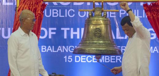 Zleva ministr obrany Delfin Lorenzana a prezident Rodrigo Duterte.