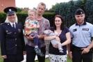 Policisté s párem, kterému minulý měsíc pomohli do porodnice.