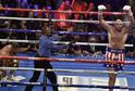 Tyson Fury (vpravo) oslavuje výhru nad Němcem Schwartzem.