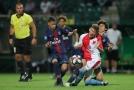 Střelec jediného finálového gólu Jakub Vorel v obležení hráčů PSG.