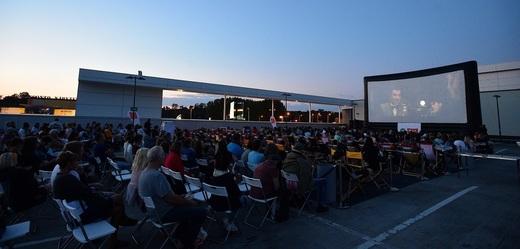 Střecha obchodního centra se promění v letní kino.