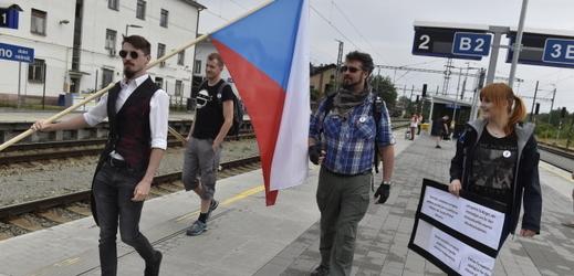 Lidé jedou na demonstraci na pražskou Letnou.