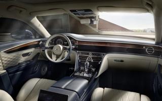 Interiér sportovního sedanu Bentley Flying Spur.