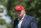 Americký prezident Donald Trump při zastávce na golfovém hřišti.