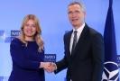 Generální tajemník NATO Jens Stoltenberg (vpravo) si potřásá rukou se Zuzanou Čaputovou.