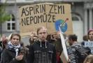 Protestující lidé na Moravském náměstí v Brně, aby upozornily na klimatické změny a nečinnost politiků.