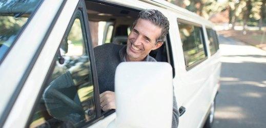 Každoročně se Češi vydávají na dovolenou autem po vlastní ose.
