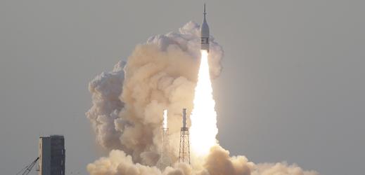 Fotografie zachycující testování záchranného systému vesmírné lodi Orion.