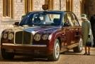 Britská královna Alžběta II. si prohlíží novou limuzínu značky Bentley.