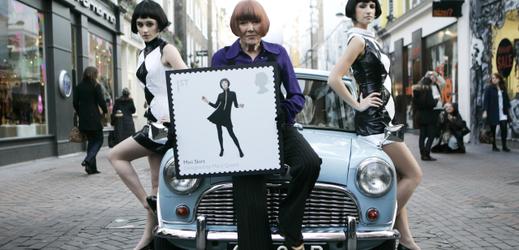 Módní návrhářka Mary Quantová (uprostřed) s modelkami, které mají na sobě ikonické minišaty.