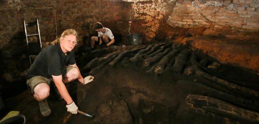 Pod břeclavským zámkem byly nalezeny zbytky hradby z 11. století.