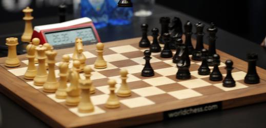 Záběr z duelu mezi Carlsenem a Caruanou.