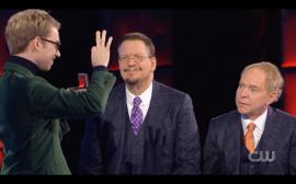 Ondřej Pšenička předvádí trik v americké Penn and Teller Show: Fool Us.