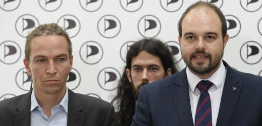 Zleva předseda Pirátů Ivan Bartoš a poslanci Mikuláš Ferjenčík a Lukáš Bartoň.