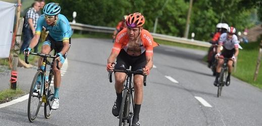 Novozélanďan Patrick Bevin (s rozepnutým dresem) končí na letošní Tour de France.