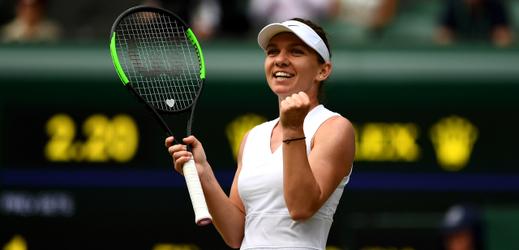 Simona Halepová se raduje z postupu do finále Wimbledonu přes Elinu Svitolinovou.