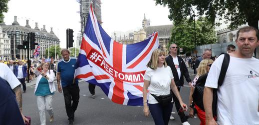 Zastánci Tommyho Robinsona.