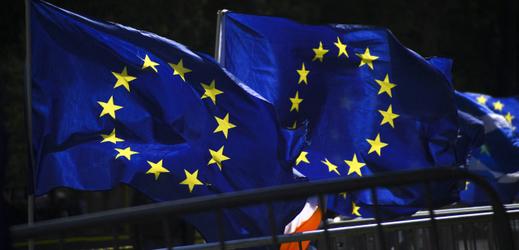 Vlajky EU vlající v Londýně.
