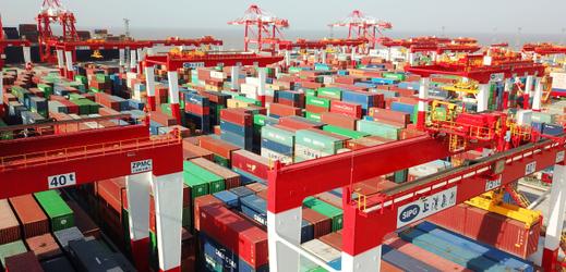 Nákladní kontejnery v šanghajském přístavu. Ilustrační foto.