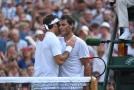 Rafael Nadal gratuluje Rogeru Federerovi k vítězství ve vzájemném zápase ve Wimbledonu.