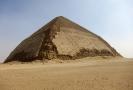 Lomená pyramida patří mezi nejstarší a nejzachovalejší v Egyptě.