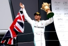 Slavící Lewis Hamilton po triumfu v Silverstonu.