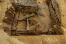 Archeologové našli dřevěné pozůstatky středověkých konstrukcí.