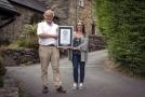 Občané Harlechu Gwyn Headley a Sarah Badhanová v nejstrmější ulici Ffordd Pen Llech.