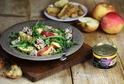 Kuřecí salát s rukolou, jablkem a dresinkem z hrubozrnné hořčice.