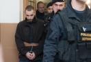 Jeden ze dvou mužů podezřelých z přepadení čerpací stanice v Nelahozevsi na Mělnicku, při kterém byla zavražděna čerpadlářka, odchází v doprovodu policisty 17. ledna 2019 ze soudní síně Okresního soudu v Mělníku, který rozhodoval o jeho vzetí do vazby.