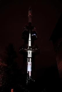 Žižkovská věž se proměnila v raketu a odletěla.