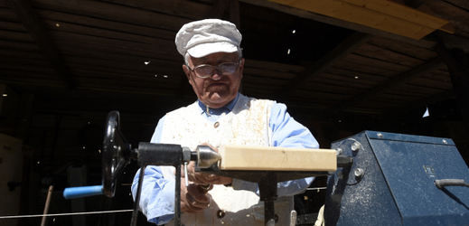 Ve skanzenu na Veselém kopci u Hlinska končí 17. července dvoudenní Veselokopecký jarmark, každoroční nejnavštěvovanější akce. Na snímku Alois Doležal vyrábí na soustruhu dřevěné hračky.