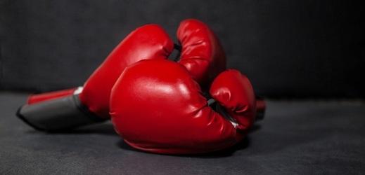 Ruský boxer je v kritickém stavu, ručník do ringu hodil trenér.