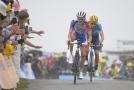 Thibaut Pinot sprintuje společně s Mikelem Landou do cíle patnácté etapy Tour de France.