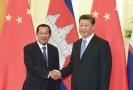 Zleva kambodžský premiér Hun Sen a čínský prezident Si Ťin-pching.