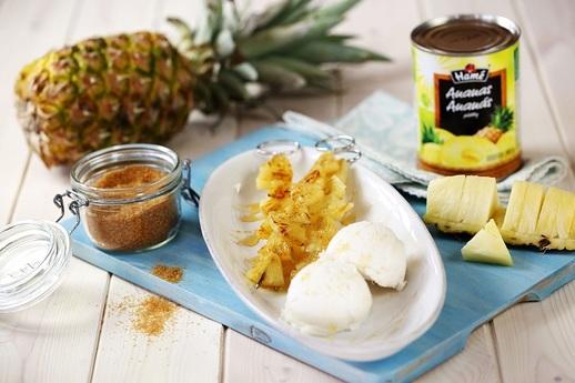 Grilovaný ananasový špíz se zmrzlinou.
