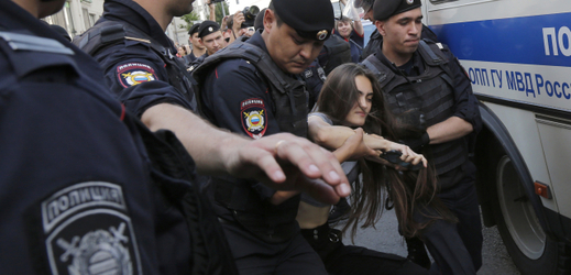 Policista zatčen