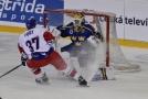 Tomáš Fořt z ČR před švédským brankářem Henrikem Lundqvistem během Euro Hockey Tour.