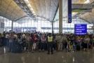 Cestující čekající na hongkongském letišti.