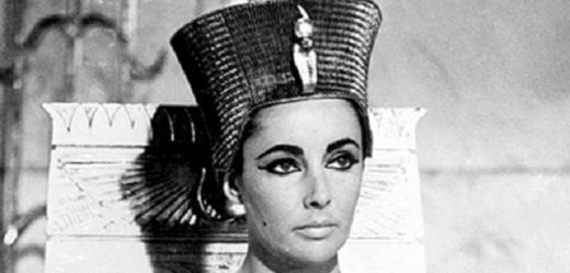 Filmová Kleopatra v podání Liz Taylorové.