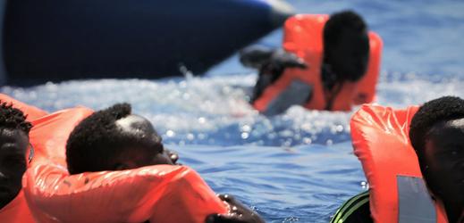 Migranti ve Středozemním moři.