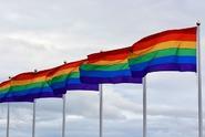 Odmítl řídit autobus se symbolem LGBTQ, dopravce ho suspendoval