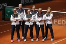 Česká tenisová reprezentace ve složení zleva Barbora Krejčíková, kapitán Petr Pála, Markéta Vondroušová, Karolína Muchová, Marie Bouzková a Lucie Šafářová.